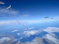 Evento con dozzine di paracadutisti