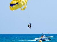 在海滩上滑翔伞