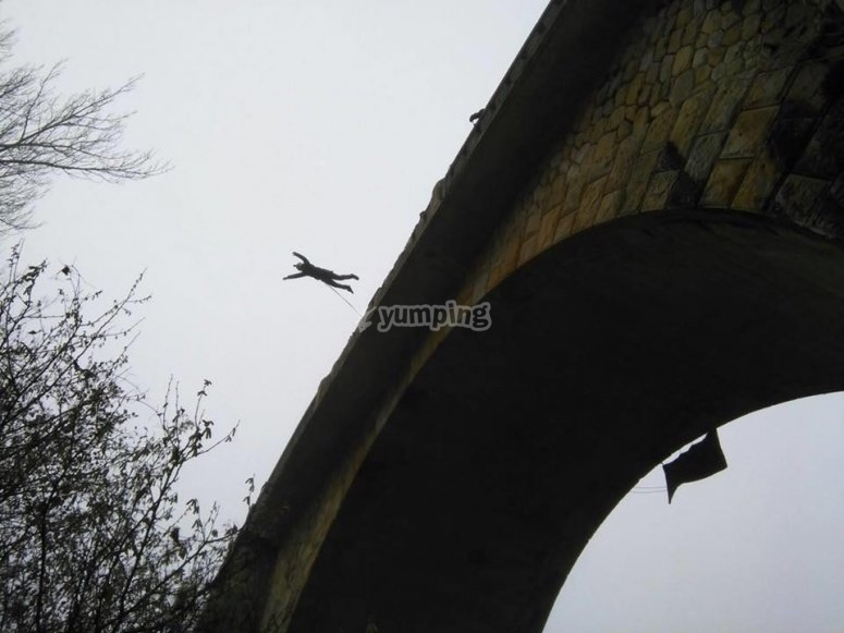 Il momento del salto nel ponte di Burgos