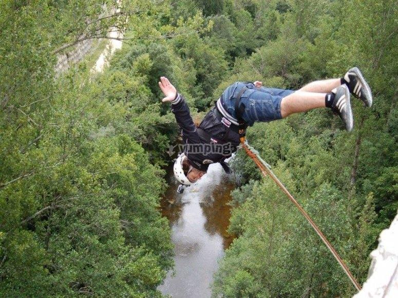 Impressionante esperienza di bungee jumping