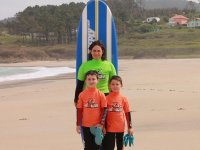 Pequenos alumnos de surf