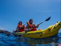 Paseo en kayak alrededor del barco