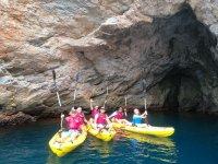 Visitando calas en kayak