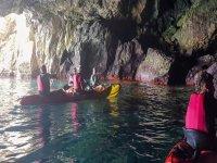 Dentro de la cueva con los kayak