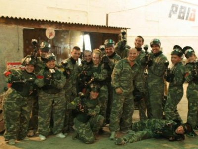 Partida de paintball 100 bolas en escenario indoor