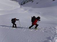 攀登Pineta的滑雪者