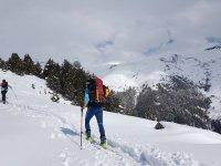 用滑雪板攀爬Pineta山谷