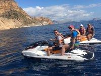 与朋友一起乘坐摩托艇