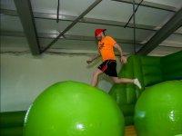 Pasando sobre pelotas gigantes