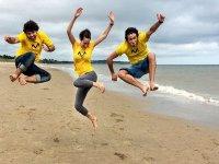 Saltando en lal playa