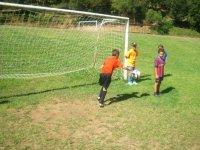 仿梅西在地板上进入踢足球与其他学生