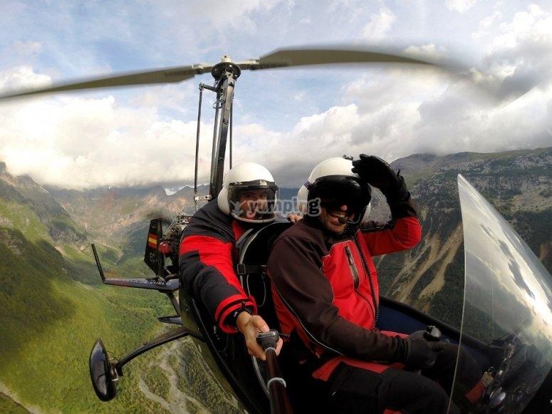 Piloto y su pasajero en el ultraligero
