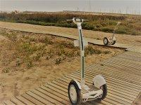 Segways aparcados en la playa