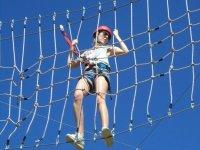 Trepa en la red del parque de cuerdas
