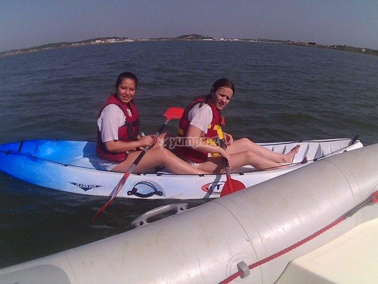 皮划艇中的女孩