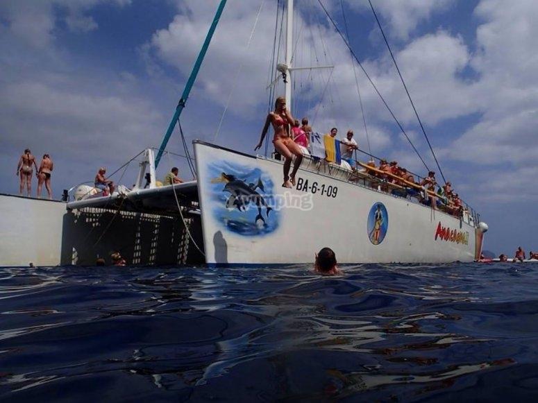 Saltando al agua desde el catamaran