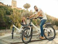 Bicis electricas junto a la fuente
