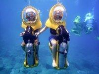 滑板车在马略卡岛的水下游泳水下