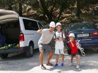 与孩子们和登山装备攀岩巴利阿里