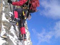 在雪地攀登