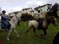 Paseando por el pueblo con caballos