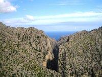 标志mallorquinas Montanas探讨了岩石之间马洛卡海滨