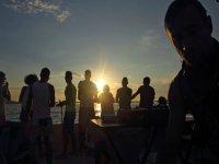 日落时在船上跳舞