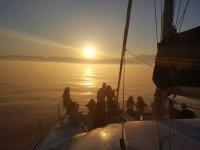 日落时在船上聚会