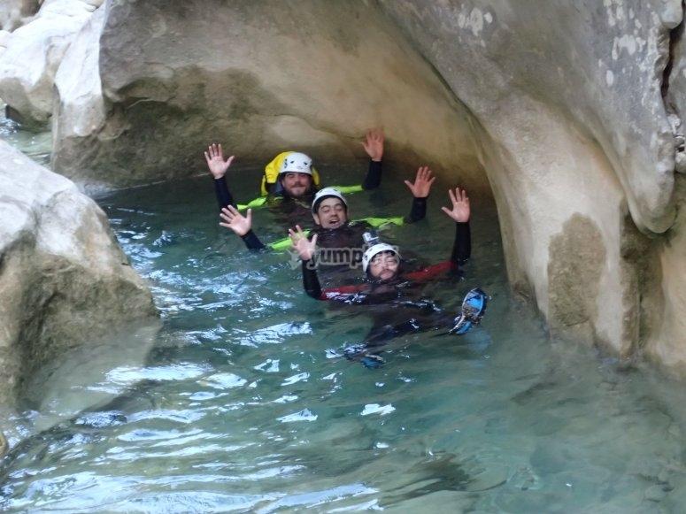 acuatico在洞穴萨尔托一起溪降