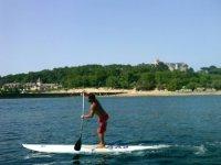 在桑坦德进行划桨冲浪