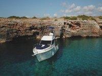 Barco anclado en cala de Mallorca