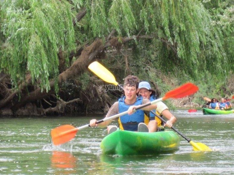 paleando en kayak