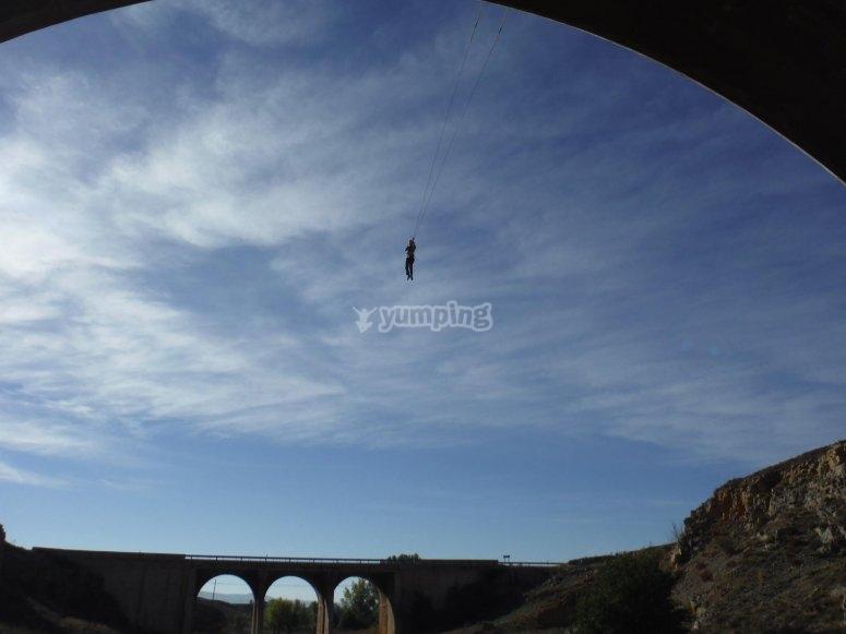 Colgado de los pies desde el puente