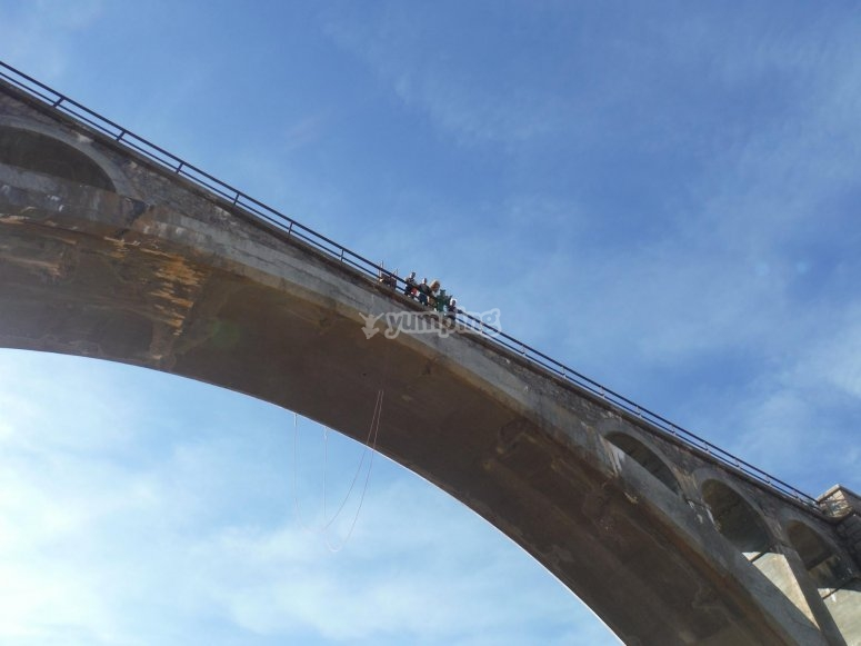 Disfrazados asomados al puente