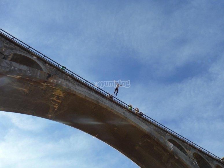 Saltando del puente en Teruel