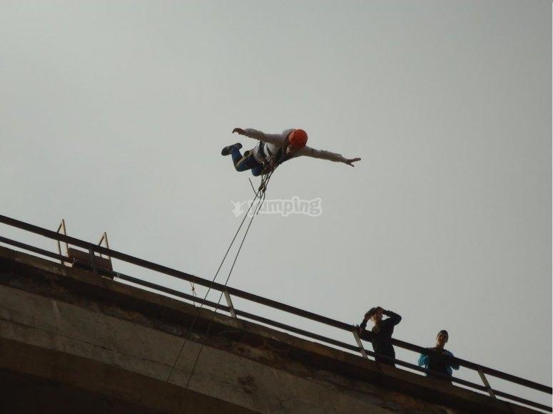 Momento del salto en el puente