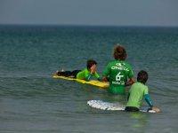 dos jovenes alumnos en escuela de surf
