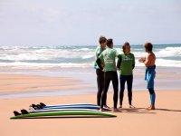 monitor de surf hablando con clientes