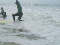 mujer levantandose en tabla de surf