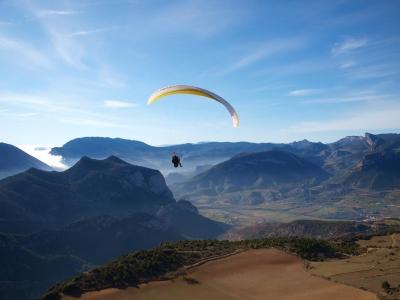 在Alt Urgell滑翔伞飞行20分钟