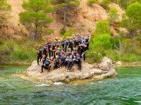 Subidos a una roca en mitad del rio