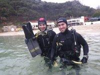 Buceadores metiendose en el mar