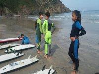Giovani surfisti sulla riva