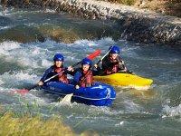 Familia disfrutnado de ruta en kayak