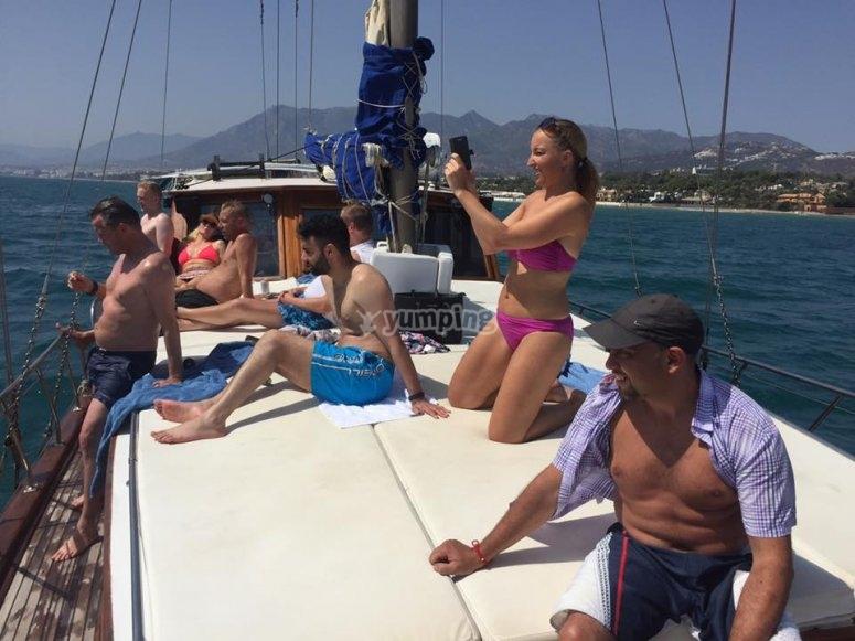 在甲板上享受日光浴和休息