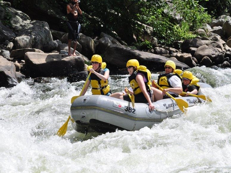 Haciendo un descenso de rafting