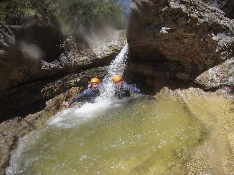 Bajo una cascada