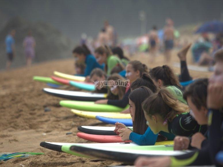 Practicando en la arena antes de entrar al mar