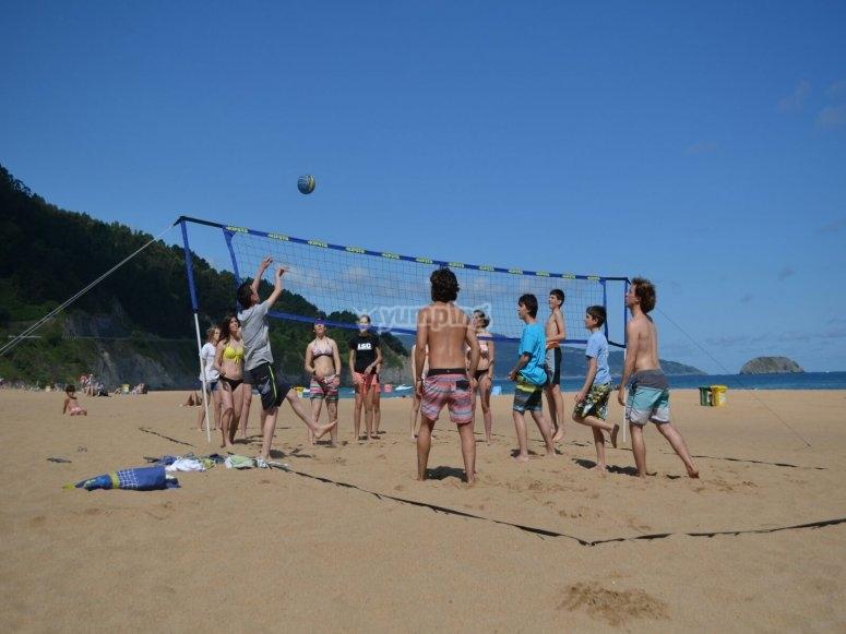 Jugando a voley playa