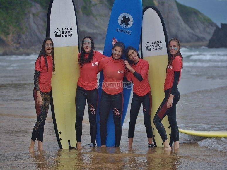 En la playa en clase de surf